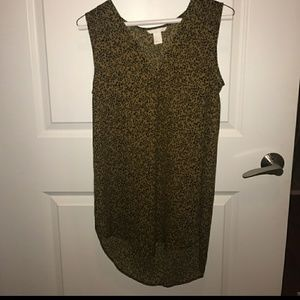Cheeta Brown and black H&M blouse, with v-neck.